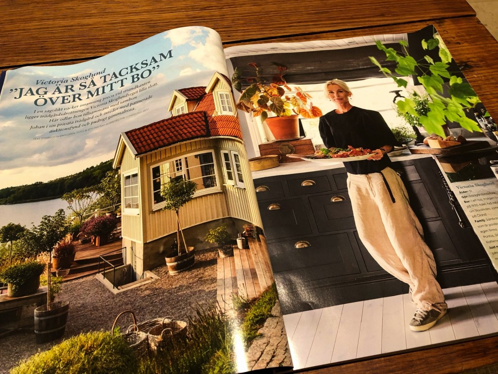 Mysig tidning med fint hus.