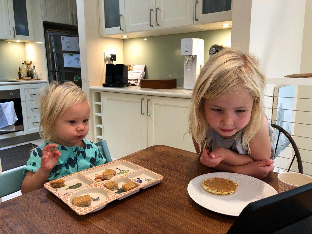 Vanlig frukostsyn hos oss de dagar man inte orkar bråka om ingen tv vid matbordet.