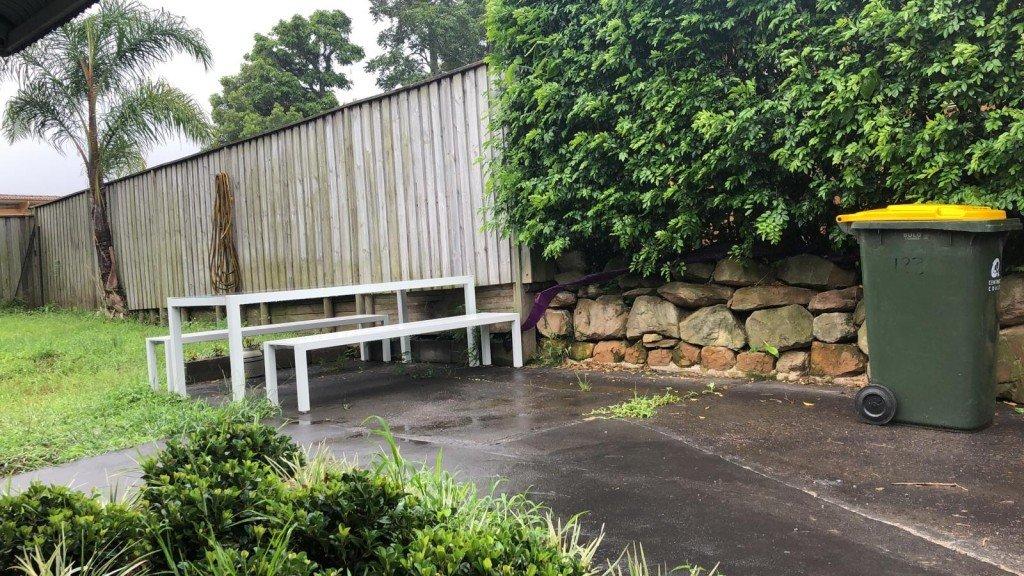 Torsdagslunch. I regnet. Med soptunnan.
