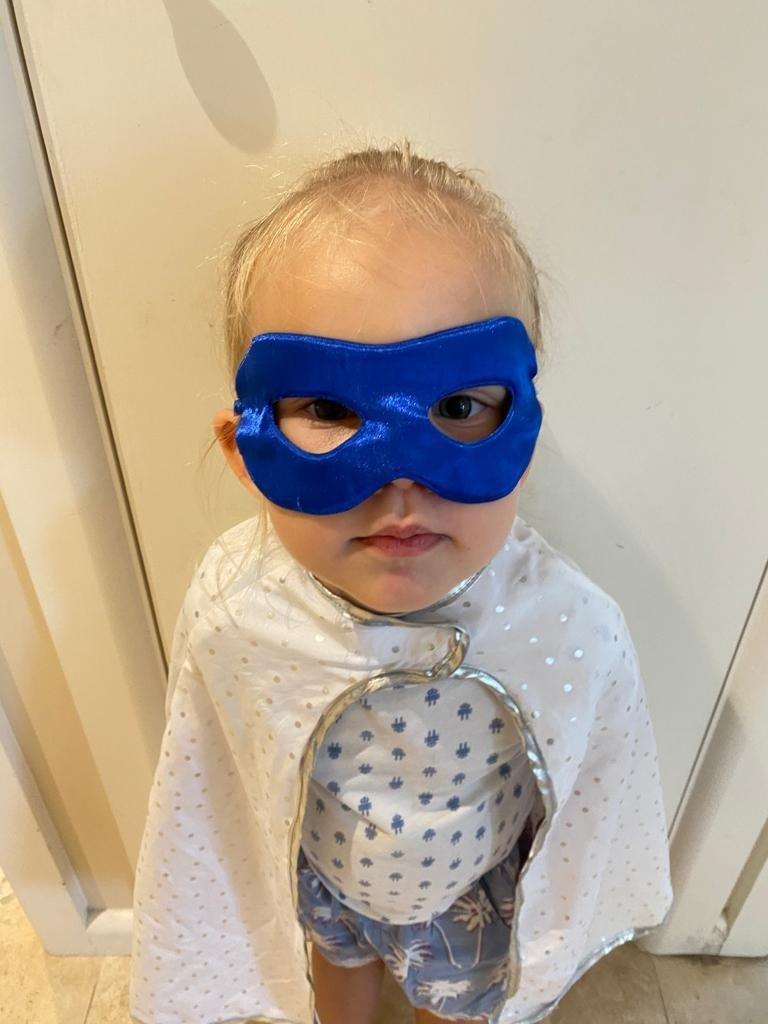 En söt liten superhjälte som håller oss uppe hela nätterna för tillfället.