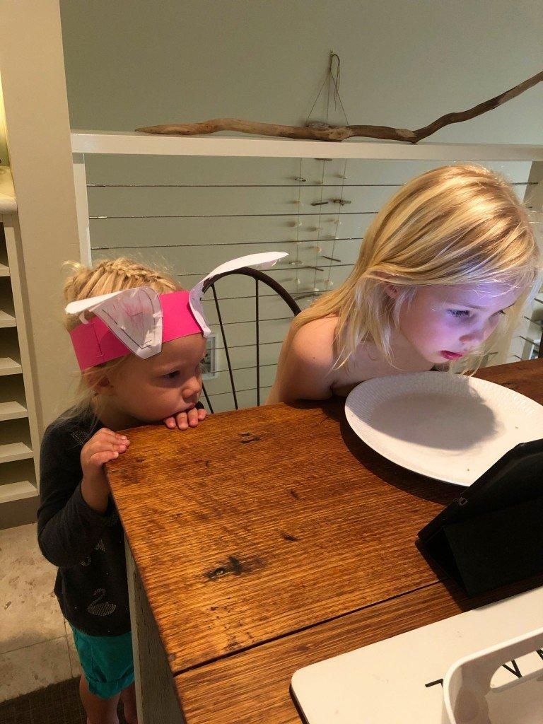 Lilleman gjorde påsköron på dagis idag och ville inte ta av dem ens när han kom hem. Får väl vara på ända tills påsken.