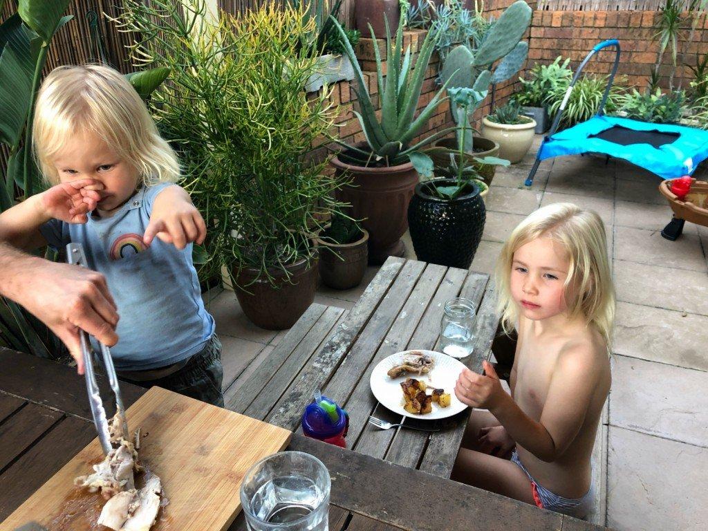 Middagen intogs utomhus i värmen.