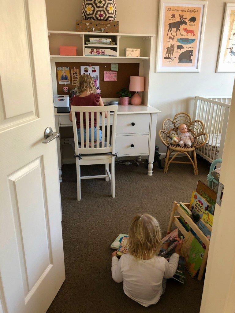 När barnen är så tysta så man måste titta att de inte busar, men de sitter bara tyst och läser/ritar.