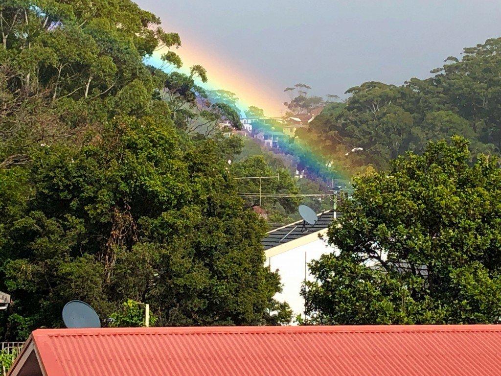 Jag har aldrig sett en sådan klar och stor regnbåge som idag bakom vårt hus. Så häftigt!