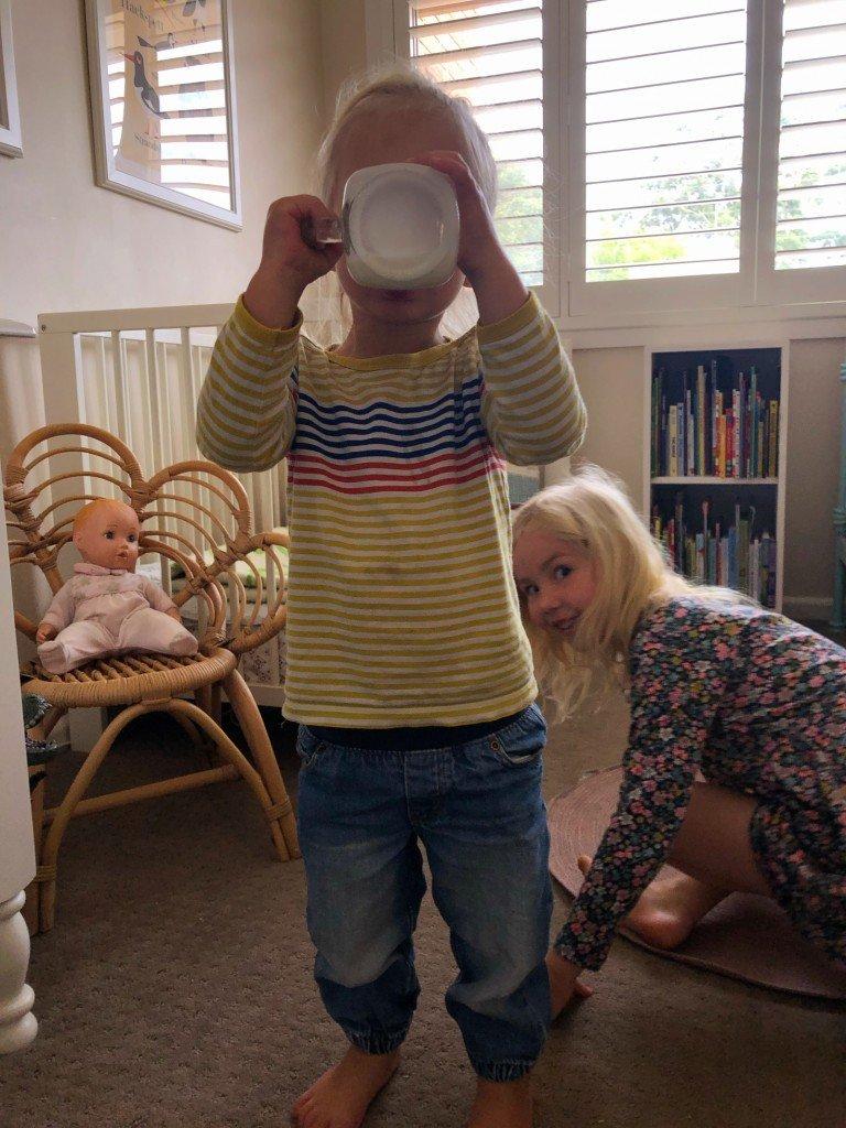En son som dricker mjölk.