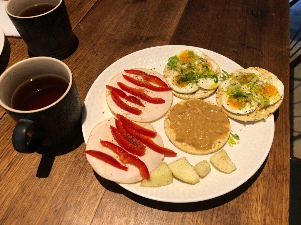 Rödrandiga mackor till frukost. Eller, riskakor är det ju.