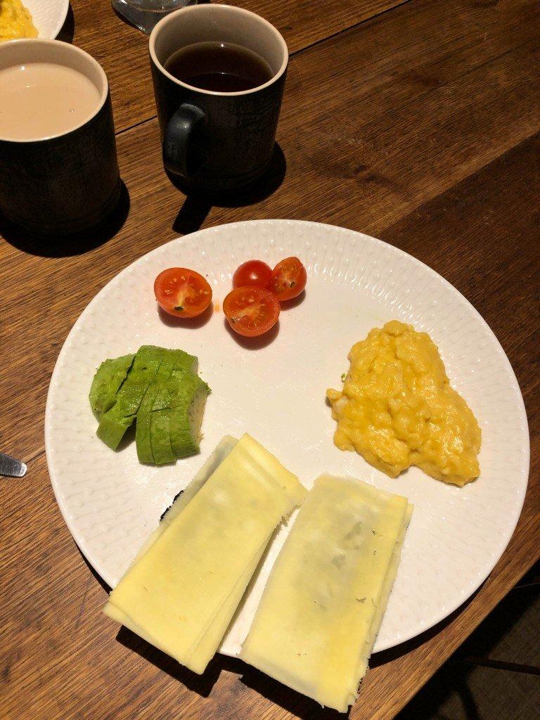 Frukosten imorse inkluderade hembakat bröd med ost. Gott!