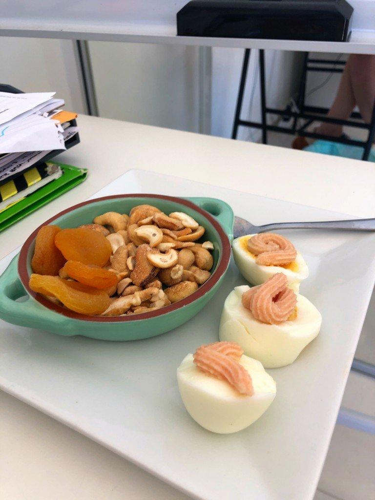 K serverad mig snacks på jobbet och T serverade mig middag när jag kom hem. Man ska omge sig med folk som matar en.