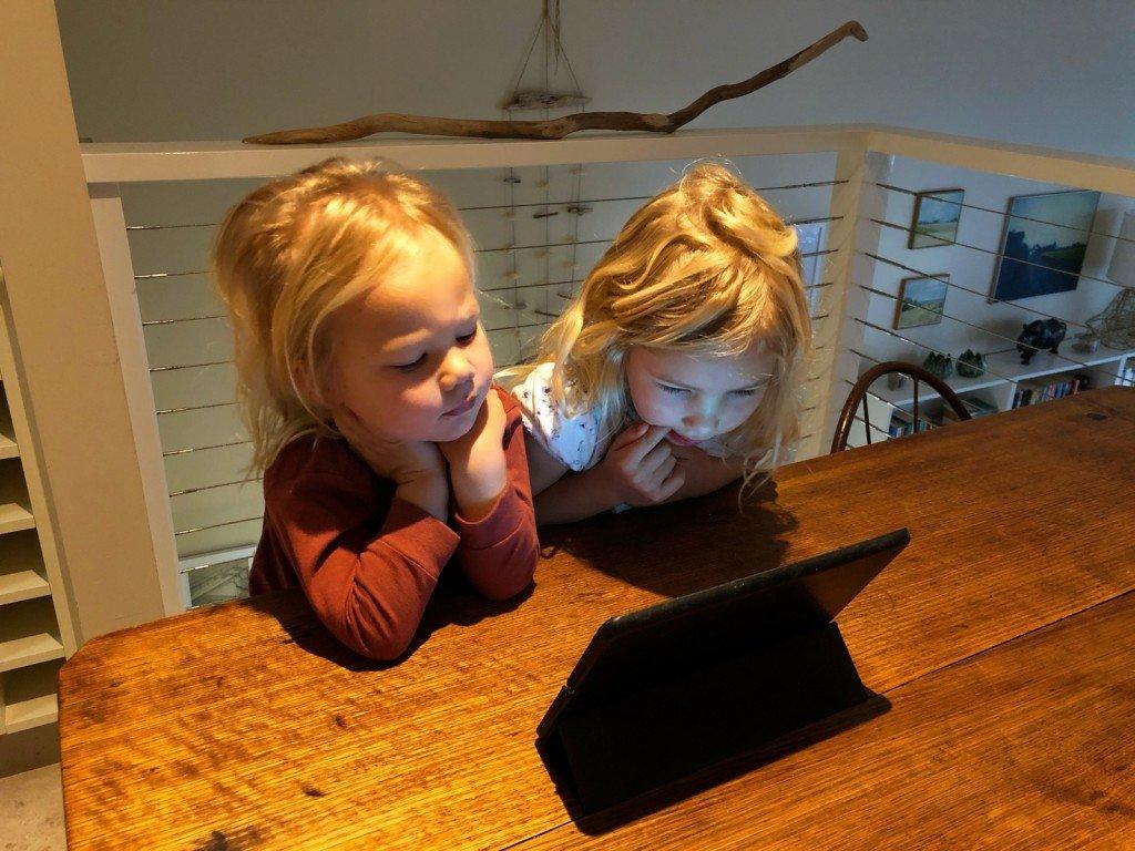 Syskon och iPad.