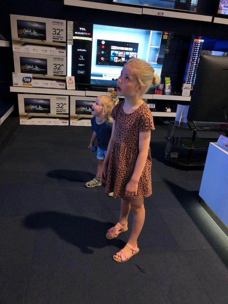Ungarna blev helt uppslukade av alla stora TV-apparater i butiken. Riktigt obehagligt faktiskt.