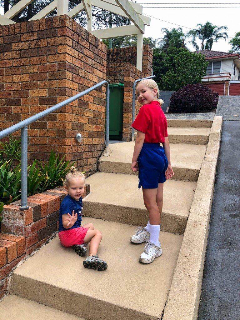 Barnen rockade samla färger fast tvärtom idag. Och B vägrar ha shortsen på en normal höjd. Hon kör på gubbrumpa så det förslår.