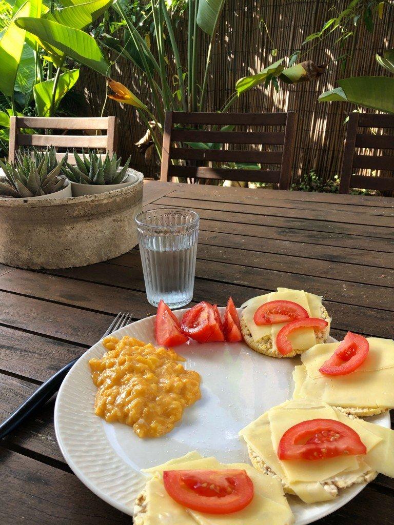 När T och ungarna är ute och härjar i Avoca Beach så fixar jag frukostlunch.