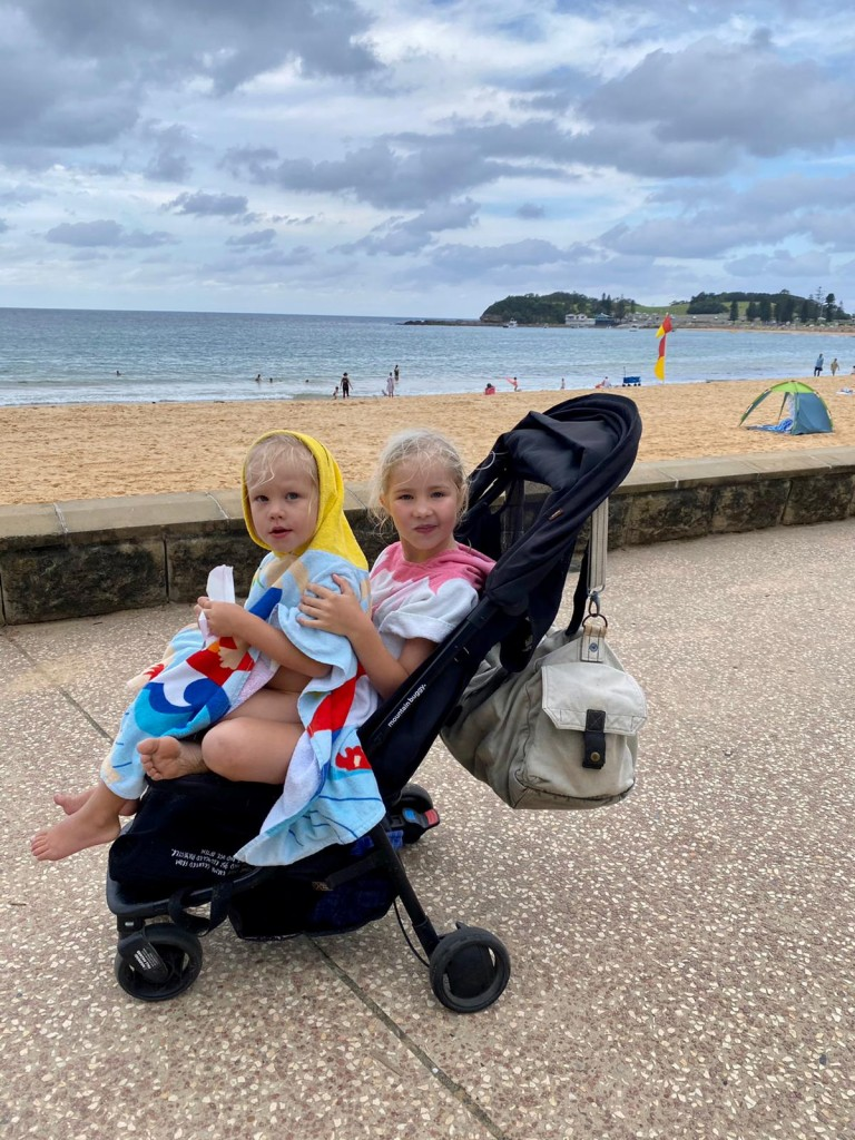 T tog med barnen till stranden för ett dopp i eftermiddags. Jag var såklart på jobbet och missade myset. Bohoo.