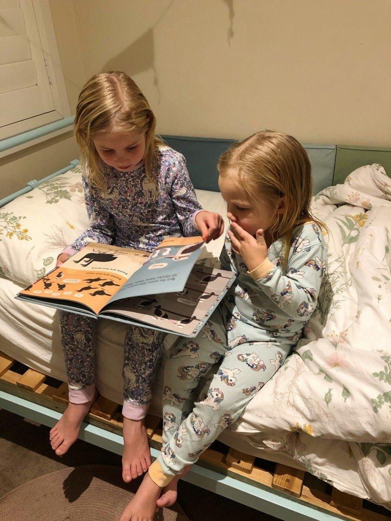 När ungarna sitter nyduschade, nykammade och B löser för sin bror så måste man ju ta kort.