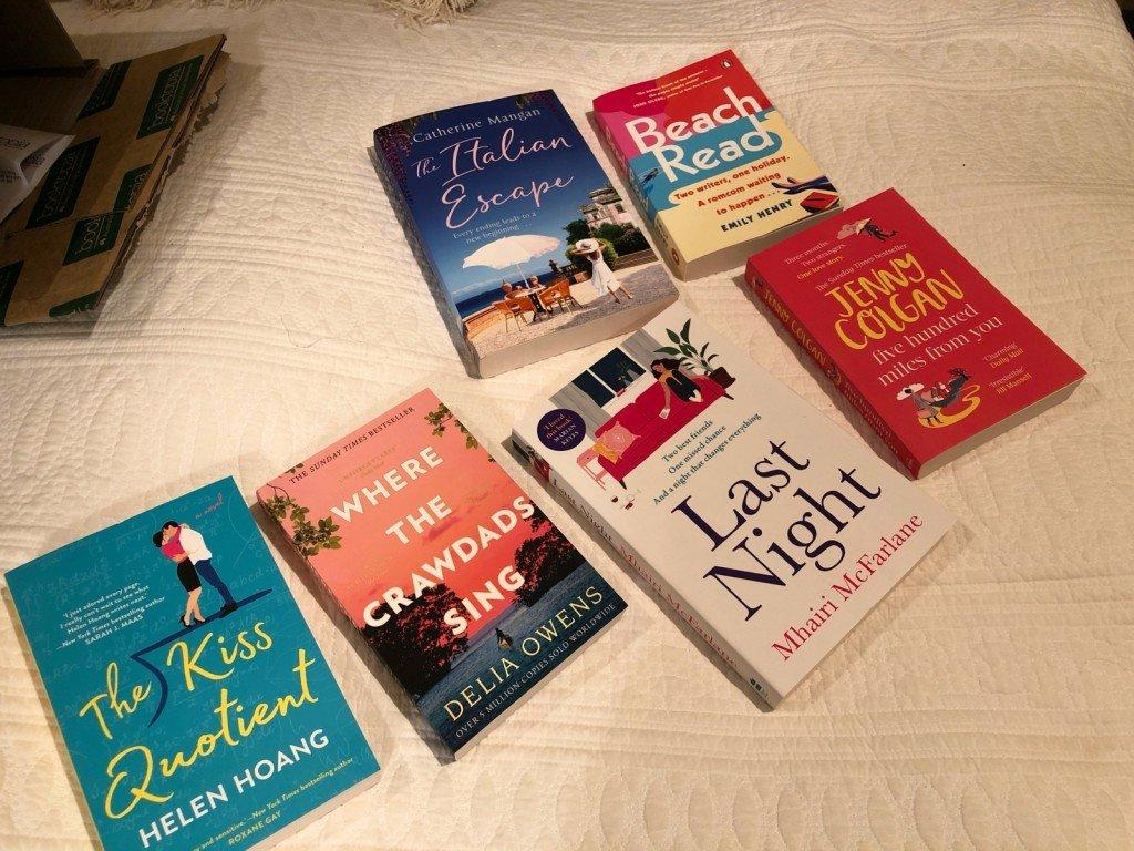Fick äntligen mina böcker idag, jippi! Frågan är nu vilken jag ska börja med! Blir nog Jenny Colgan.