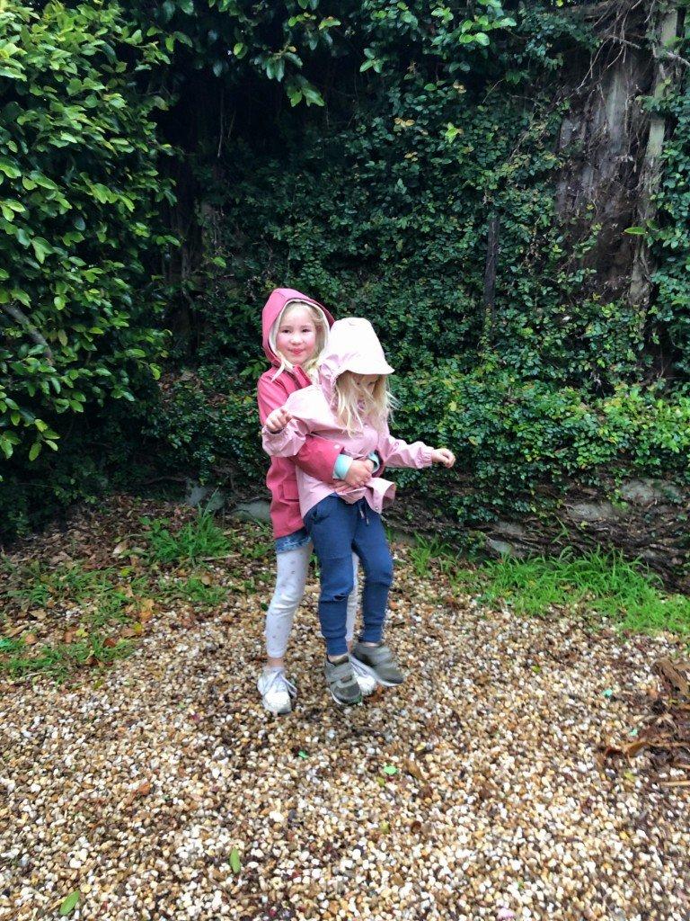 O är så söt i B's gamla rosa regnjacka.
