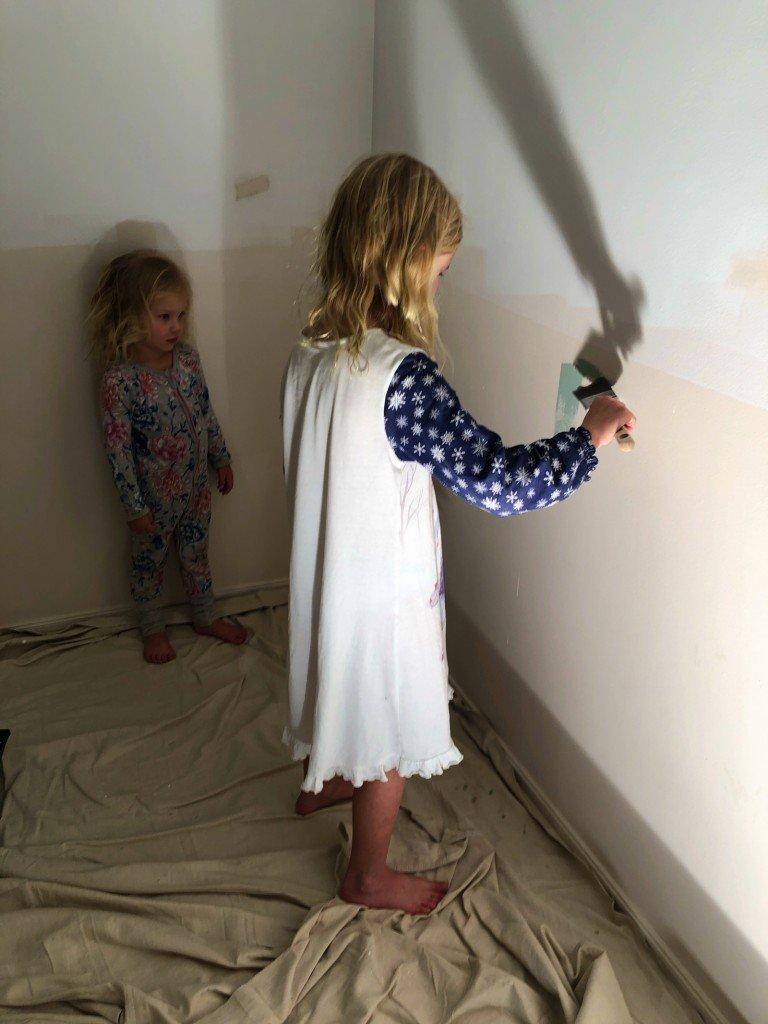 Barnen fick skriva på väggen innan vi målade. Fast sedan blev det inget målande ändå. Det får bli imorgon.