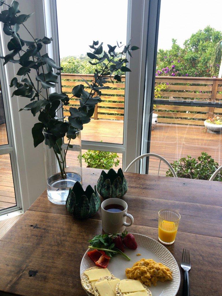 Frukost inne idag när det var lite svalare.