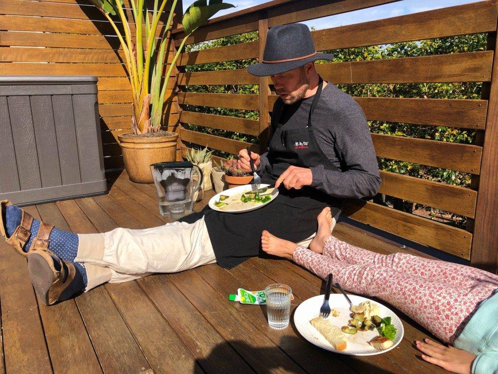 Fråga mig inte vad B gör, men vi andra äter lunch.