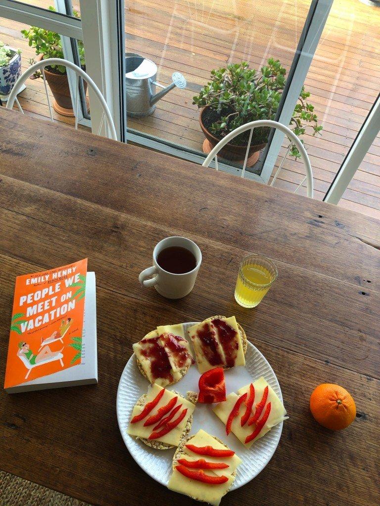 T åt frukost tidigt imorse så jag fick sällskap av min bok. Väldigt trevligt faktiskt.