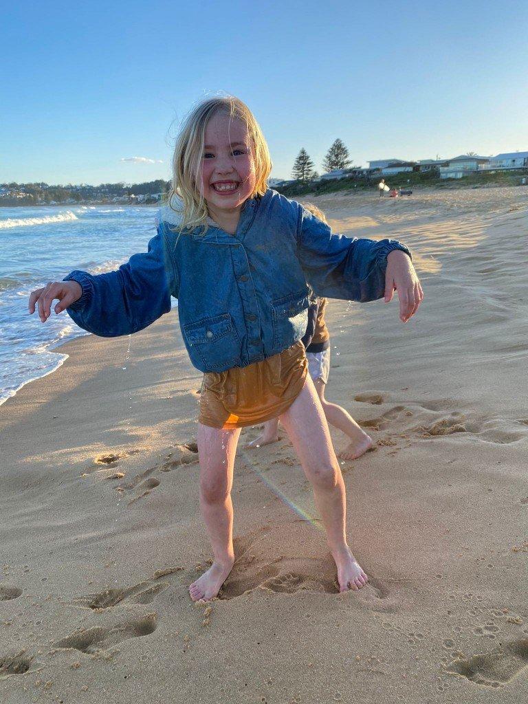 T tog barnen till stranden och B råkade bli översköljd av en våg.