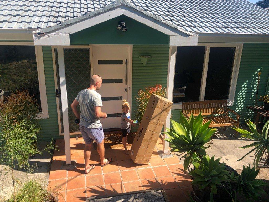 Vi fick delivery idag. Vi får bygga ihop den imorgon. Det är en day bed för uteplatsen.