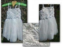 Underbar vit flick klänning med vita rosor på livet.