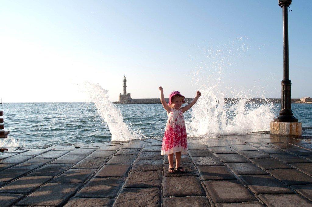 Karma med sin sommarklädsel - klänning, solhatt och tofflor:). Härlig bild från vår Kreta resa