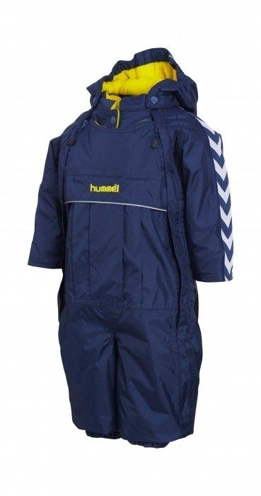 Fina Hummel overaller som är på väg in i shoppen.