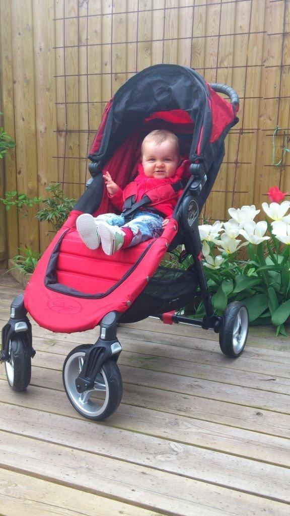 Glad liten Elin i sin nya vagn från BabyJogger!