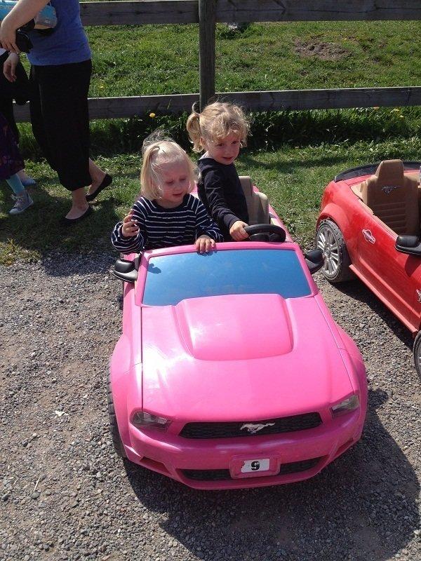 Karma och Vilda (bästisen) i en av el-bilarna, spännande som attan att provsitta dom.
