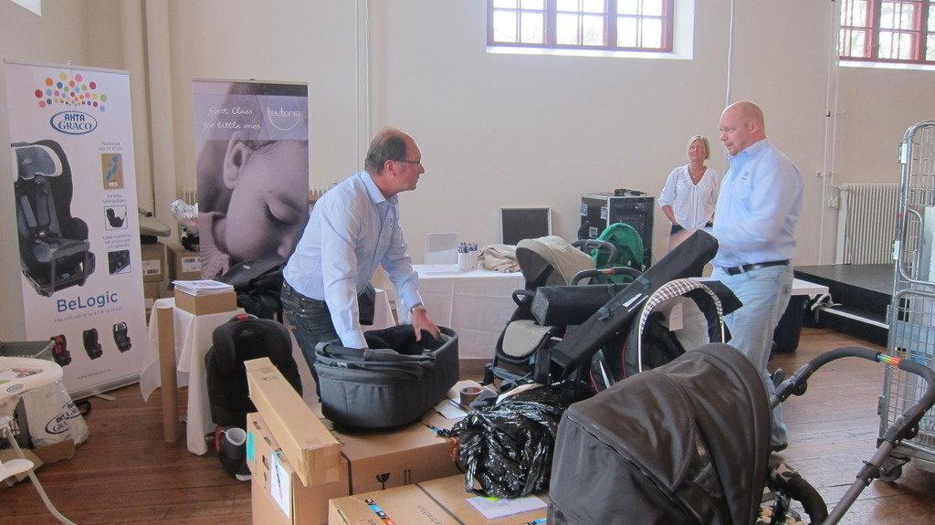 Här står Pauli och Johann från Akta Graco och packar upp sina saker till mässan.