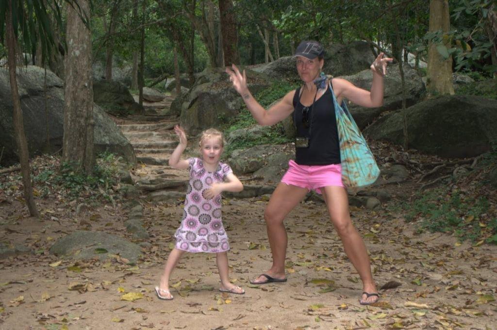 Karma och jag på väg in i ett naturreservat (djungel) - häftigt värre MEN blev en läskig upplevelse när jag nästan trampade på en Skorpion....