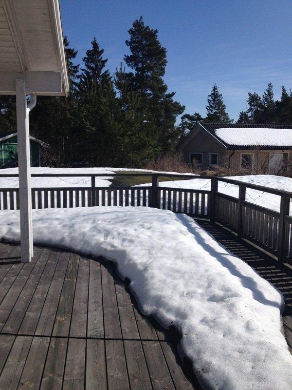 Vår altan och lite av vår tomt - än så länge är det snö på nästan hela tomten men håller tummarna att det ser annorlunda ut innan veckan är slut.