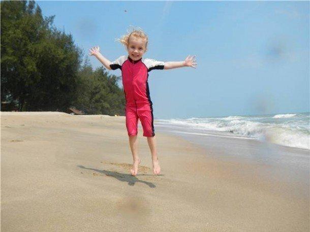 Karma på stranden i Thailand med Tuxer solskyddsdräkt.