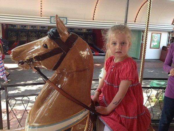 Karma startade lite lugnt med karusellåkning på en häst som hon döpte till Rosa:).