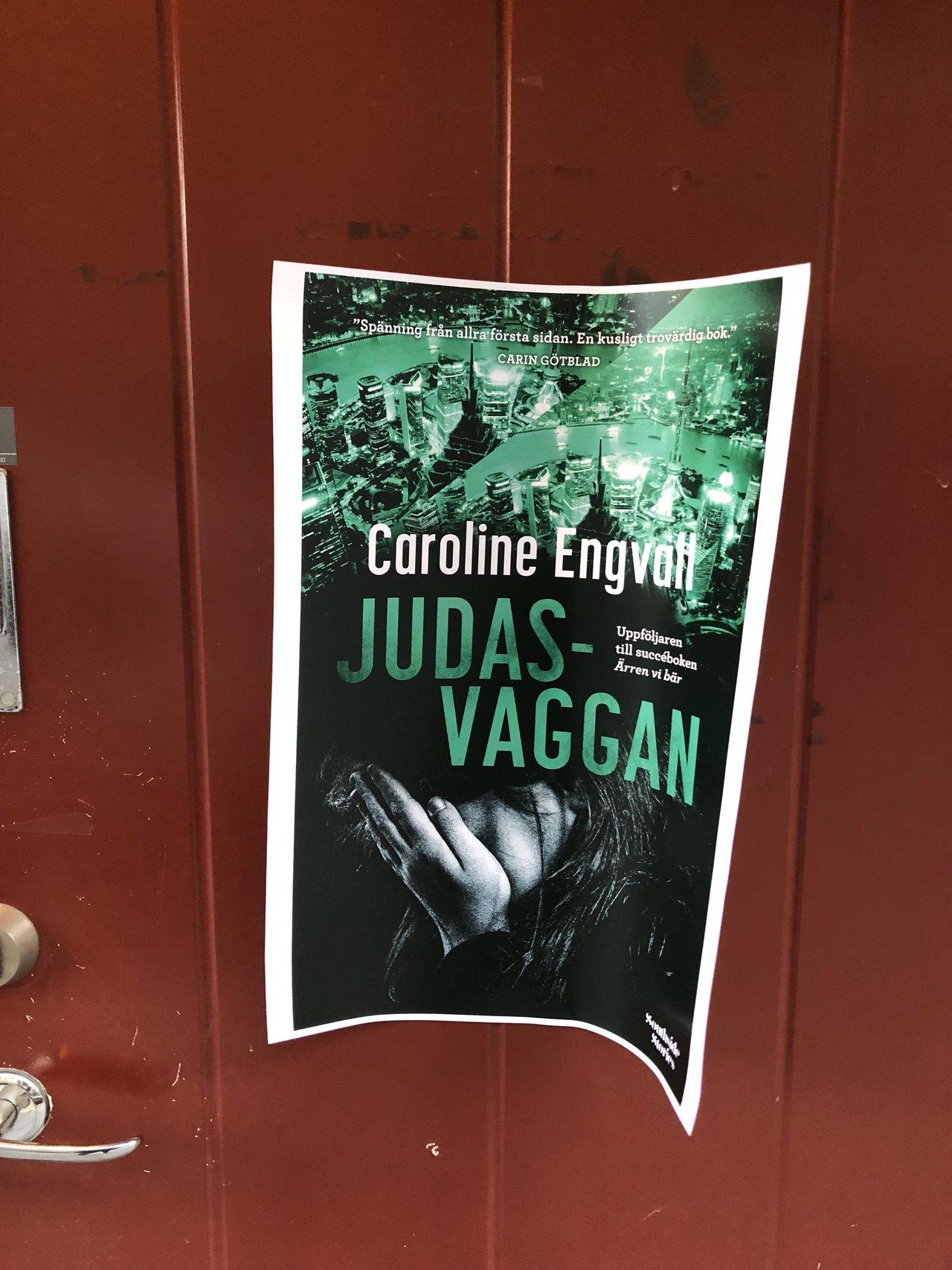 Caroline engvall har releasefest för boken judasvaggan på surbrunnsgatan i stockholm